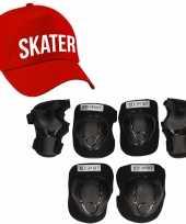Set van valbescherming voor kinderen maat l 9 tot 10 jaar met een stoere skater pet rood