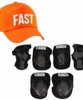 Set van valbescherming voor kinderen maat s 4 tot 5 jaar met een stoere fast pet oranje
